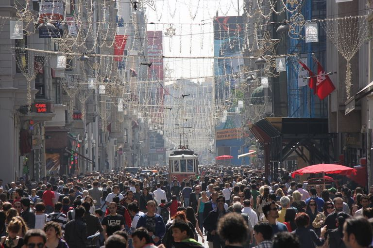 1024px-Istiklal_busy_afternoon